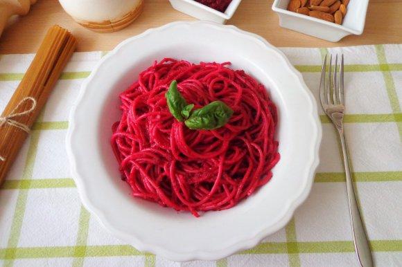 spaghetti al pesto di barbabietole
